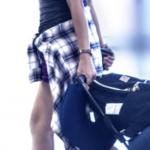 スーツケースを持っている人